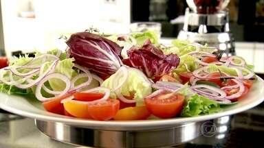 Cebola é alimento essencial na salada - A cebola roxa tem cálcio, fósforo, ferro, magnésio, manganês e zinco. Depois de higienizada. ela pode ser consumida com a própria casca em saladas.