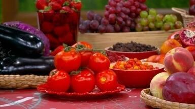 Alimentos vermelhos trazem benefícios para diabéticos - A antocianina, dos alimentos vermelhos, melhora a secreção de insulina. O licopeno, presente no tomate, ajuda na prevenção do câncer.