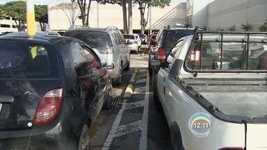 Shoppings de São José ficam lotados no fim de semana - Pouco antes do Natal, estacionamentos ficam lotados.
