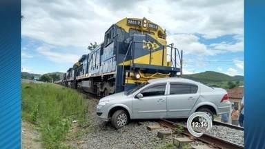 Trem arrasta carro por 300 metros e deixa um ferido em Cruzeiro, SP - Acidente foi na tarde deste domingo (21) no bairro Vila Maria. Condutor tentava atravessar linha férrea e teve ferimentos leves.