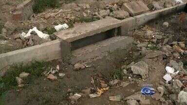 Avenida principal do Dubeaux Leão está cheia de buracos - Obra de pavimentação e drenagem da Prefeitura está sendo feita há quatro meses, mas moradores não tem visto resultados.