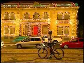 Natal Luz de Erechim tem mais de 2 milhões de lâmpadas. - Nesta época do ano a cidade fica muito mais iluminada, as lâmpadas são usadas na decoração de natal das praças e avenidas do centro.