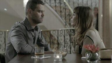 Danielle comemora o fim de seu casamento - Maurílio fala mal de Marta para a ex-mulher de Zé Pedro