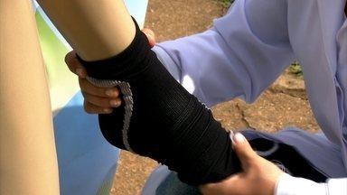 Entenda os benefícios das meias terapêuticas - As meias terapêuticas são usadas para a prevenção de varizes, dores e inchaço. Elas ajudam na circulação do sangue nas pernas. Veja como usá-las da maneira correta.