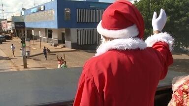 Papai Noel entrega presente na manhã desta quinta (25), em Brazlândia - Em Brazlândia, Papai Noel chegou de trio elétrico distribuindo presentes nas comunidades mais pobres.