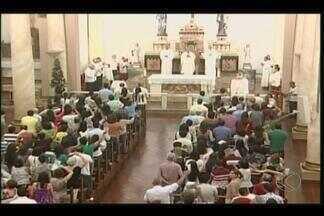 Moradores de Uberaba e Ituiutaba acompanharam a Missa do Galo - Por questões de segurança, missa foi realizada mais cedo em diversas paróquias.