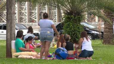 Depois da ceia, a preguiça: quinta foi dia de curtir a família em Maringá - Parque do Ingá e Praça da Catedral ficaram lotados de crianças