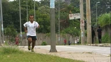Anão de 1,46m dribla dificuldades e humilhações para correr a São Silvestre - Por conta das passadas menores, Matheus tem o desgaste de duas maratonas em uma mesma prova