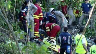 Acidente com ônibus deixa mortos e feridos na BR-101, na Serra, ES - Ônibus da São Geraldo, com com 31 passageiros e um motorista, tombou.Segundo informações preliminares da (PRF), pelo menos 8 morreram.