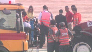 Passageira que sofreu acidente no aeroporto de Maringá embarca de volta para casa - Ela quase despencou da escada do avião, foi salva pelo cinto da cadeira de rodas