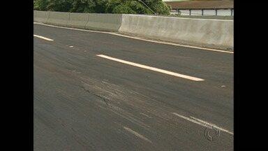 Asfalto cede no viaduto recém-construído da PR 445 - Desnível na pista chega a 15 centímetros e oferece perigo aos motoristas. Viadutos da rodovia também tem rachaduras e infiltrações.