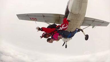 Jovem paraplégico supera limites e realizada primeiro salto de paraquedas - Universitário Julian Elisário de Moraes passou a usar uma cadeira de rodas depois de um acidente de carro, mas não perdeu a vontade de viver e de superar desafios!