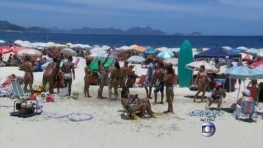 Brasileiros aproveitam o primeiro sábado de verão - Após semana de chuva. em Maresias, turistas aproveitam a praia no sábado de sol. Ainda há interdição na Rio-Santos, mas o trânsito flui normalmente. No Rio de Janeiro, a praia de Copacabana está cheia, com céu limpo e mar calmo.