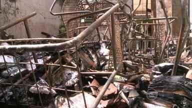 Incêndio destrói duas salas de aula em escola de Jaboatão - Uma das salas era equipada com instrumentos musicais, móveis e livros doados.