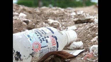 Moradores de Bacabal denunciam despejo de lixo hospitalar em terrenos baldios - Moradores da Avenida Mearim, em Bacabal, denunciam que o lixo hospitalar, como seringas e até agulhas, está sendo despejado em terrenos baldios formando grandes lixões.