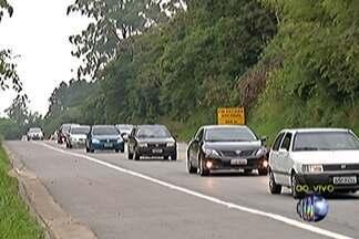 Motoristas levam cerca de quatro horas para chegar ao litoral pela Mogi-Bertioga - Rodovia teve 20 quilômetros de congestionamento na tarde deste sábado (27).