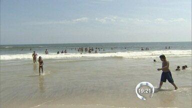 Turistas lotam praias do litoral norte - O dia foi de sol no litoral e os visitantes não desanimaram, mesmo com a demora para chegar até a praia.