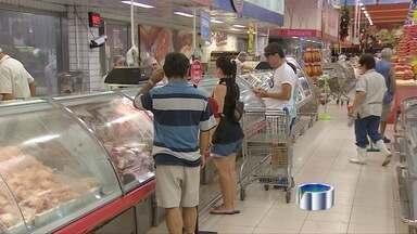 Motoristas lotam supermercados e postos de gasolina - Movimento intenso marca maratona antes de turistas viajarem.