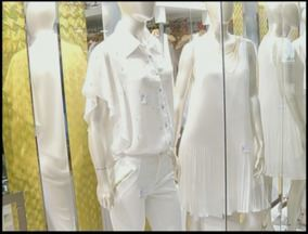 Comércio de Campos, RJ, muda vitrines para Réveillon - Branco predomina em escolha dos clientes.