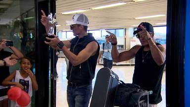 Dupla vencedora do 'The Voice Brasil' é recebida com festa em MG - Danilo Reis e Rafael eram aguardados por fãs e familiares no aeroporto.