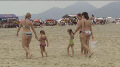 Turistas aproveitaram sol para curtir praia em Santos - Moradores e turistas foram até a areia e aproveitaram o clima ameno.