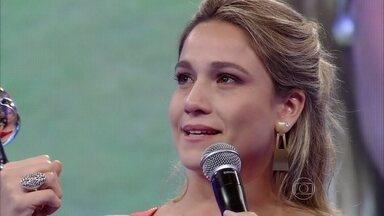 Fernanda Gentil chora ao receber o troféu de repórter do ano - Jornalista comemora e não esconde a emoção de ser eleita ao prêmio
