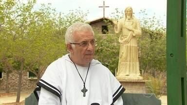 No Sertão de Pernambuco, padre é exemplo de solidariedade - Com assistência médica de graça, amparo a idosos e aulas de capacitação profissional, padre Airton Freire muda a vida de muita gente.