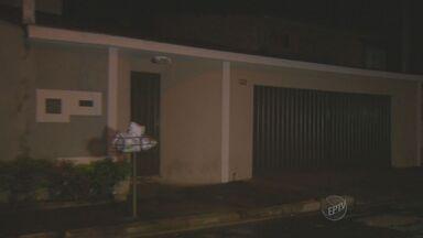 Pai e filho reagem a tentativa de roubo e são esfaqueados em Piracicaba, SP - Dois ladrões armados abordaram a moradora no portão por volta das 22h e, segundo a Polícia Militar, os dois homens reagiram ao roubo e ficaram feridos.