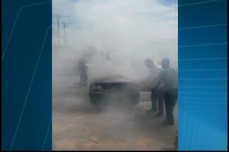 VC no MGTV: Morador faz flagrante de incêndio em carro de Divinópolis - Fogo começou no motor e foi controlado por pessoas que passavam pelo local. Suspeita é de que veículo tenha tido pane elétrica.