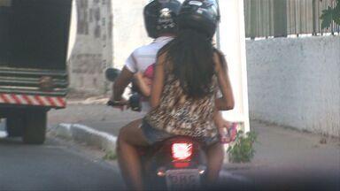 Casal é flagrado circulando em moto com bebê sem nenhuma proteção - Pelas imagens, a menina não parece ter nem um ano de idade.