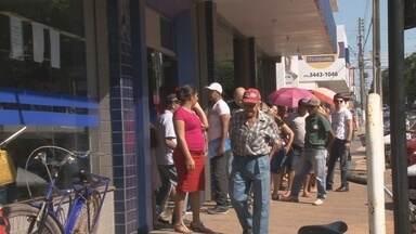 Rondônia TV mostra movimento em agências bancárias de Cacoal - Bancos param serviços hoje, voltando a funcionar só depois do ano novo.