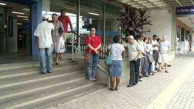 Bancos de Resende, RJ, ficam cheios no último dia útil do ano - Agência fecham a partir de quarta-feira (31), por isso muita gente aproveitou para pagar contas e evitar juros em 2015.