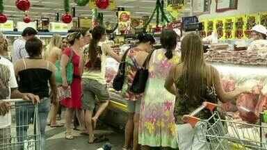 Às vésperas do Ano Novo, supermercados ficam lotados em Volta Redonda, RJ - Para quem ainda vai fazer compras, é preciso ter muita paciência: RJTV flagrou filas que vão desde o atendimento no balcão até os caixas na hora de pagar.