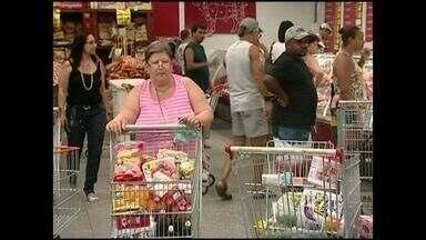 Consumidores buscam melhores preços nos supermercados do Sul do ES - Dia foi de pechinchar para fazer a ceia de Ano Novo mais gostosa e barata.