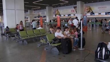 Saída para o Réveillon deixa rodovias e aeroportos lotados - Cerca de 100 mil passageiros devem passar pelo aeroporto JK nos próximos dias. O movimento será 11% maior que o registrado em 2013.
