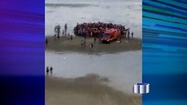 Casal morto por raio no litoral sul é sepultado em São José, SP - Enterro aconteceu nesta terça-feira (30) no Cemitério São Dimas. Incidente aconteceu nesta segunda-feira (29) em Praia Grande (SP).