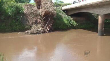 Motoristas que trafegam por Patrocínio Paulista enfrentam transtornos - Buracos e lama atrapalham tráfego nas estradas.
