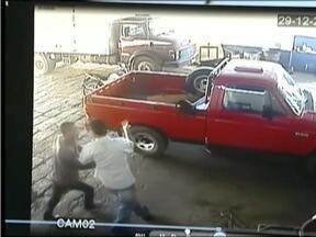 Polícia tenta localizar bandidos que assaltaram uma loja de molas em Teófilo Otoni - Eles foram vistos pela câmera de circuito interno.