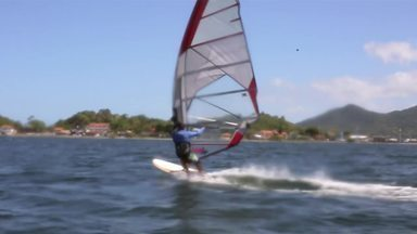 Hoje é dia de: esportes radicais - Alexandre Henderson começa a conhecer os esportes radicais por meio do windsurf