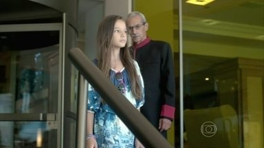 Bruna sai do hotel sem que sua mãe a veja - Enrico vê Maurílio e Danielle tomando café-da-manhã juntos no hotel
