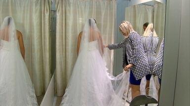 Costureiras se especializam em realizar sonhos - Elas cuidam de cada detalhe para as noivas ao fazer os vestidos.
