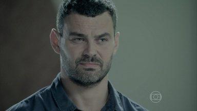 Maurílio afirma a Maria Marta que ficará no quarto de José Alfredo - Maria Clara confidencia a Vicente que acredita que seu pai esteja vivo