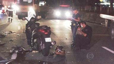 Perseguição policial termina em acidente na Marginal Pinheiros - Uma perseguição policial terminou em um grave acidente na pista expressa da Marginal Pinheiros. Um motociclista, que trafegava na contramão, morreu após colidir com outras duas motos e um carro. Outras três pessoas ficaram feridas no acidente.