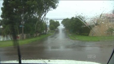 Chuva e possibilidade de enchente preocupam moradores da região de Curitiba - Uma das características do verão é a chegada rápida de fortes pancadas de chuva.