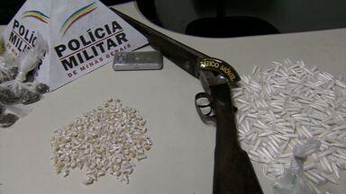 Após perseguição, PM apreende drogas e arma em Belo Horizonte - Pessoa que estava com o material não foi localizada.
