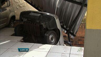 Moradores aguardam liberação de prédio após piso de garagem 'engolir' carro, em Fortaleza - Construtora de prédio vizinho afirma não ter relação com o ocorrido, mas disponibilizou uma equipe para reparos.