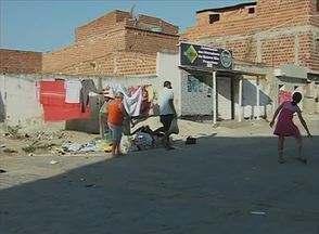 Atrasos na coleta de lixo acumulam sujeira em rua do Bairro São Francisco, em Caruaru - Para moradores, a situação pode trazer doenças.