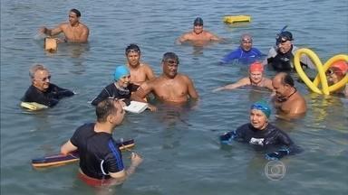 Nadadores trocam a piscina pelo mar e trabalham músculos e coração - Todos os dias pela manhã, um grupo de amigos de 20 a 90 anos se reúne em Fortaleza para fazer natação no mar. O corpo é preparado com alongamento e caminhada pela areia. É preciso estar bem hidratado.