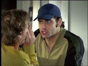 Estevão pede ajuda de Silviano - Ele vê o pai falando sozinho