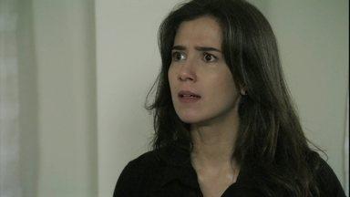 Cora tenta convencer Cristina de que Sirlene roubou seu diamante - A megera finge surpresa quando a sobrinha conta que escondeu seu diamante dentro do santo